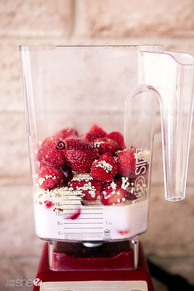 Strawberry Sesame Smoothie  #howdoesshe #smoothie #strawberrysmoothie #strawberrydrink #smoothierecipes  howdoesshe.com