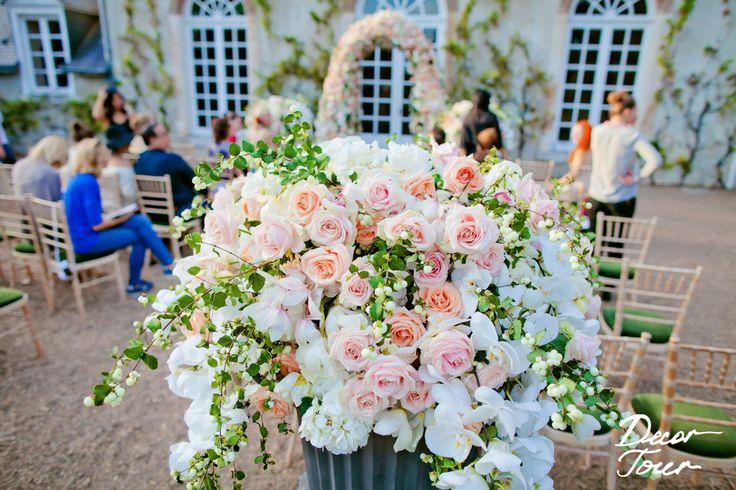 Médicis, french vintage wedding, pink and withe. Coupe Médicis fleuri, d'orchidées, roses, symphorine ©decor tour, granmariage, sergei Semiyokhin