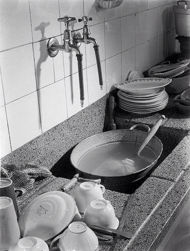 Afwassen en granieten aanrecht.