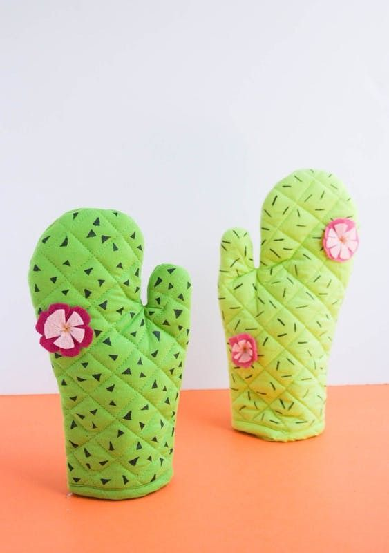 Loving these adorable DIY cactus oven mitts. #diy #crafts