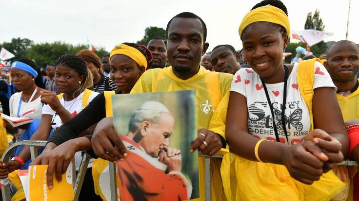 Św. Jan Paweł II pozostaje w sercach młodych wiernych (fot. PAP)