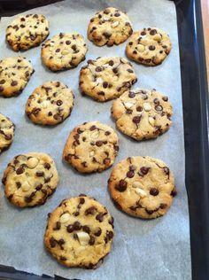 Cookies bio moelleux sans gluten et sans produits laitiers •1 œuf •60 g de sirop d'agave •100 g de farine de riz •80 g de farine de manioc •1/2 c. à café rase de bicarbonate de sodium •30 g de purée de noix de cajou •1 cac d'extrait de vanille •125 g de pépites de chocolat noir •60 g de noix de macadamia •20 g d'eau