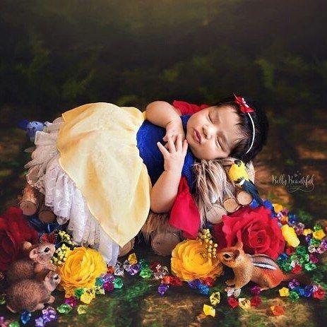 """A fotógrafa Karen Marie, da Califórnia (EUA), fez um ensaio fotográfico pra lá de fofo com seis bebês vestidos como princesas da Disney: Ariel, Branca de Neve, Cinderela, Aurora, Bela e Jasmine. Mãe de três filhos, Karen já trabalhou como enfermeira e educadora de parto antes de abrir o próprio estúdio, o Belly Beautiful Portraits. """"Eu me sinto tão sortuda de poder criar uma carreira com minha paixão por bebês e meu amor pela fotografia"""", declarou. E você, o que achou? Comente e leia mais no…"""