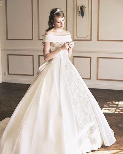 ◌ ͙❁˚ Aラインのシルエットがとっても綺麗な#ウェディングドレス * オフショルダーのまるで#オーロラ姫 のよう * #バックリボン も可愛いですね * #ドレス #ディズニープリンセス #プレ花 #卒花 #結婚式準備 #marryxoxo