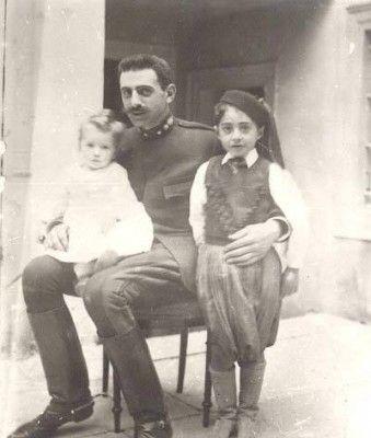 Ο Παύλος Μελάς με τα παιδιά του Μιχαήλ και Ζωή, το 1898. Γνωστός ως καπετάν «Μίκης Ζέζας» στον Μακεδονικό Aγώνα , όπου…