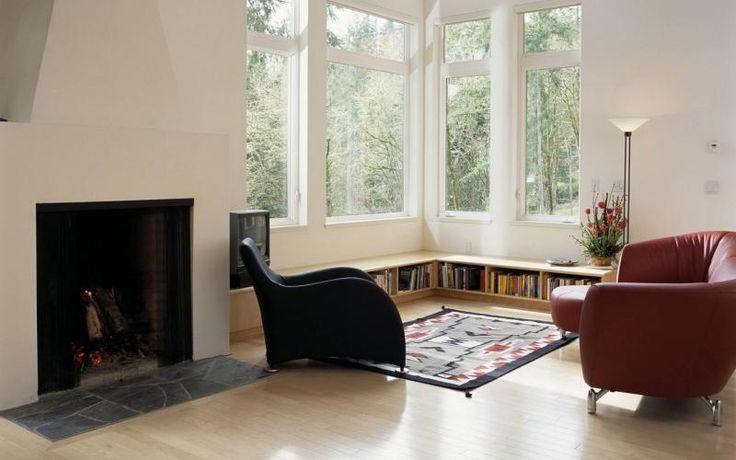 Дизайн угловой комнаты с двумя окнами часто дополняет уютный камин (в...