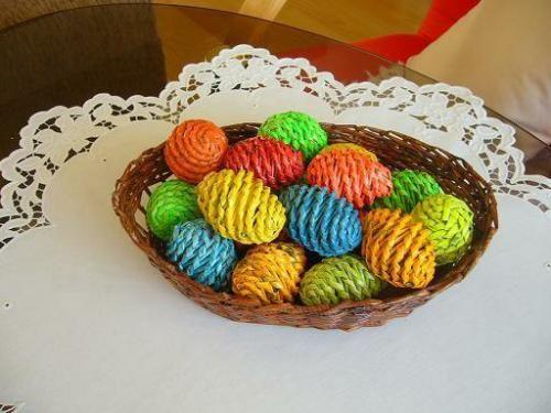 Техника плетения из газет.  Пасхальные яйца
