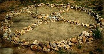 Medicine Wheel, Sedona, Arizona - David Edwards -  4 directions: mois de naissance et lune déterminent les totems associés des règnes animal, végétal, minéral - les 4 saisons, les 4 aspects de l'être humain,  l' élément auquel un animal est associé, les 4 étapes de la vie, les 4 couleurs de la race humaine, les 4 règnes, les 4 plantes ou médecines sacrées ( la sauge  ; le tabac prières au Feu sacré et dans les Pipes sacrées; le foin d' odeur  purifiant; le…
