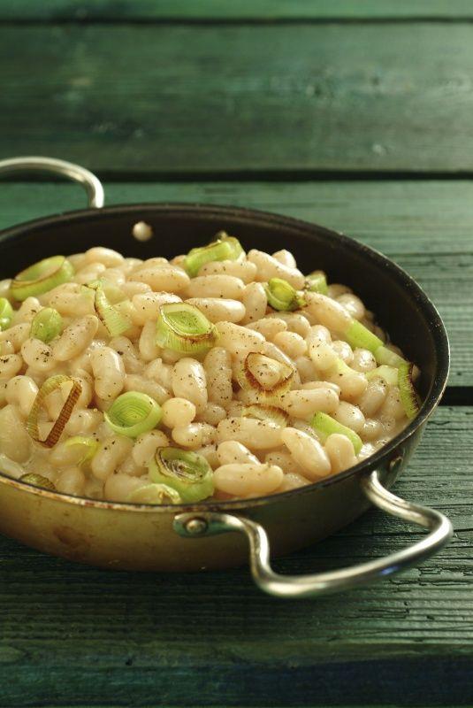 Ingredience: fazole bílé 400 gramů, vývar 2,5 decilitru (z fazolí), cibule 1 kus (menší, může být i s natí), máslo 60 gramů, mouka pšeničná hladká 35 gramů, ocet (podle chuti), pepř mletý, sůl.