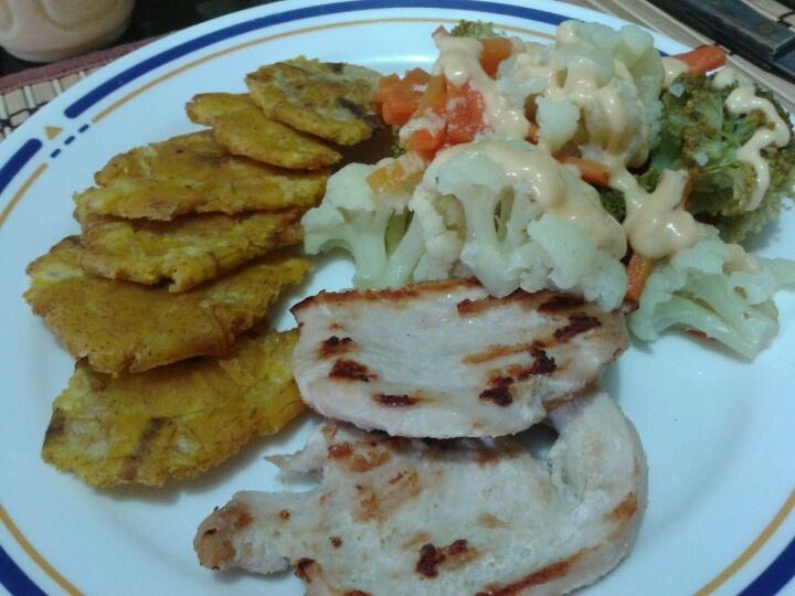 tostones, pechuga asada, vegetales cocidos: zanahoria, brocoli, coliflor