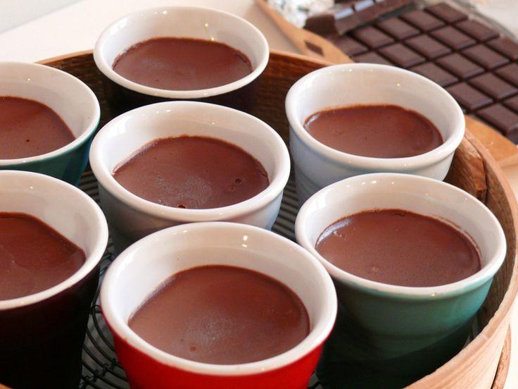 Une tuerie de crème au chocolat avec seulement 2 ingrédients ! Ingrédients pour 15 petits pots de 80 g environ: 1 litre  de crème fleurette entière (3 briques de 33 cl) 330 g de chocolat noir dessert Verser la crème dans une casserole et porter à frémissement. Hors du feu, ajouter le chocolat coupé en petits morceaux et fouetter pour le faire fondre. Remettre la casserole sur feu moyen, porter à nouveau à frémissement et maintenir 3 minutes environ, en fouettant régulièrement. La durée est…