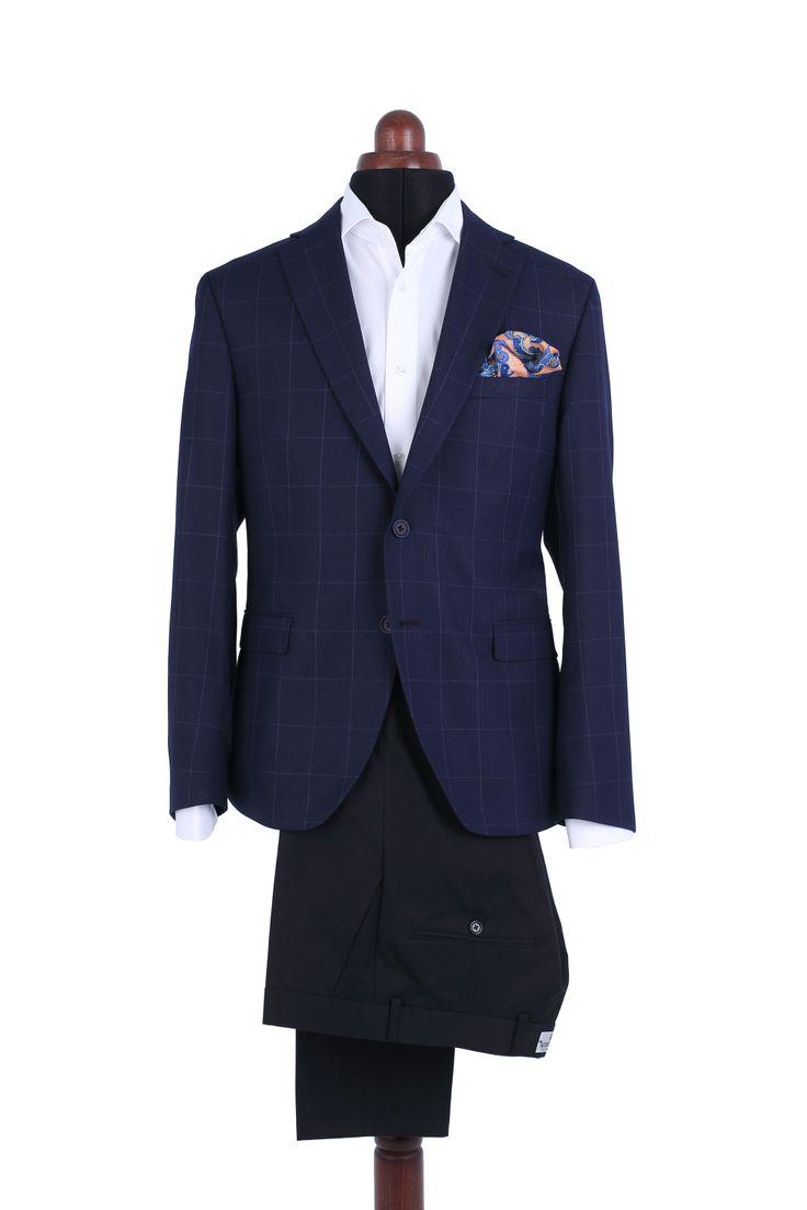 """Un blazer de vară, din țesătură subțire și fină, bleumarin cu carouri mari, confecționat pe tipare slim fit și fără pernițe la umăr. Este un """"must have"""" al oricărui gentleman."""