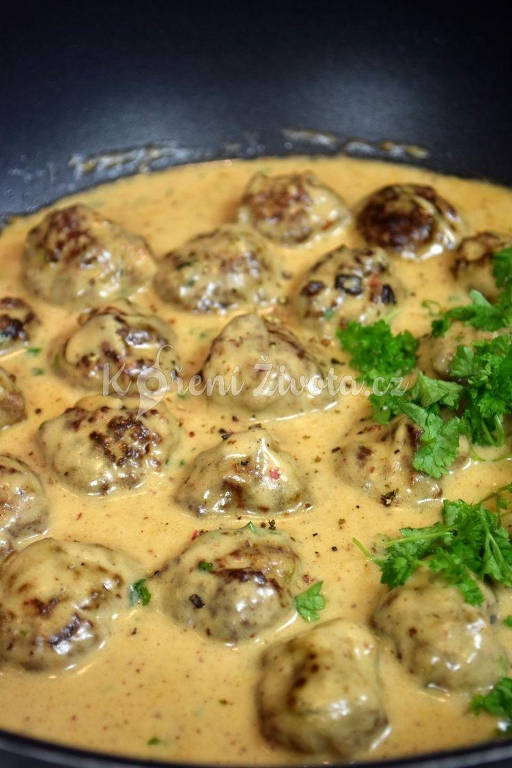 Připravte si proslulé švédské masové kuličky v pohodlí domova. Z kvalitního hovězího masa, s čerstvými bylinkami a vynikající smetanovou omáčkou. Recept zde.