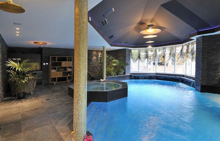 Luxe binnenzwembad met bouwkundige whirlpool detail de for Binnen zwembaden