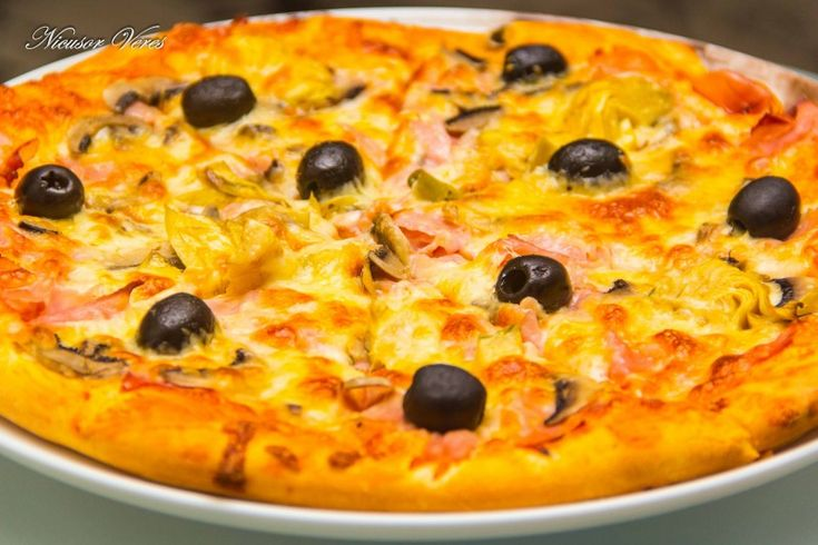 pentru inceput de saptamana v-am pregatit Pizza Capriciosa.Pentru inceput preparam aluatul, reteta pentru aluat o puteti gasi aici : aluat pentru pizza.Dupa ce