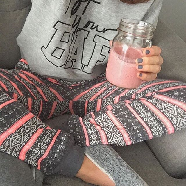 Smoothie morning with @vickydesj !! #ardenelove #slippers