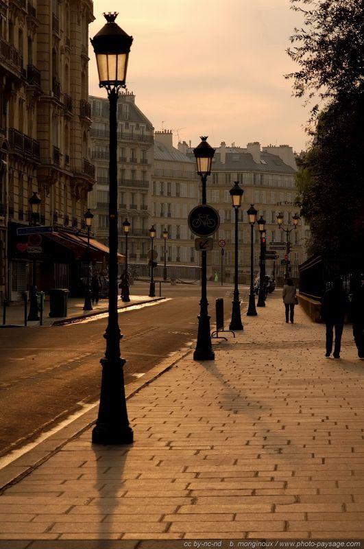 Une scène de rue photographiée au petit matin sur l'Île de la Cité, à deux pas de Notre Dame ,Paris .