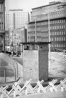 Germany, West Berlin. Kreuzberg: watch tower wall at Schueztenstrasse / Jerusalemer Strasse - May 1969