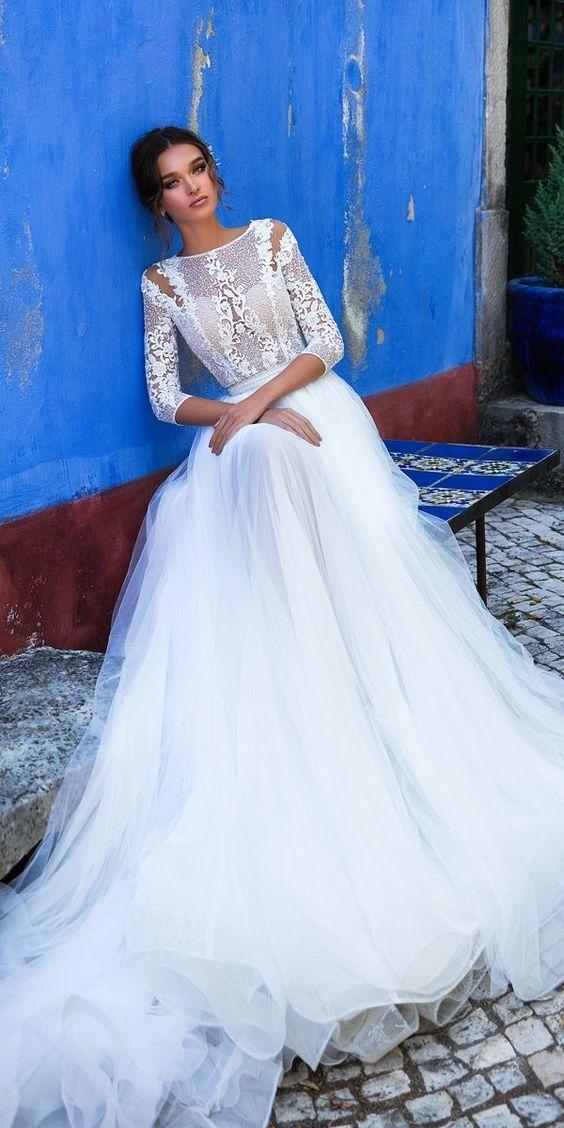Nous adorons cette magnifique robe de mariée à manches 3/4 en dentelle et jupe en tulle