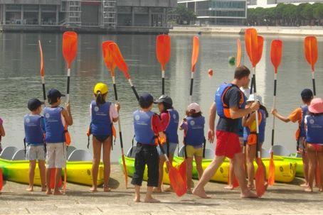Poderá optar por uma festa de aniversário com atividade de Canoagem, para que os seus filhos passem uma tarde diferente, praticando desporto! No centro Náutico da Marina Parque das Nações, no coração da expo!