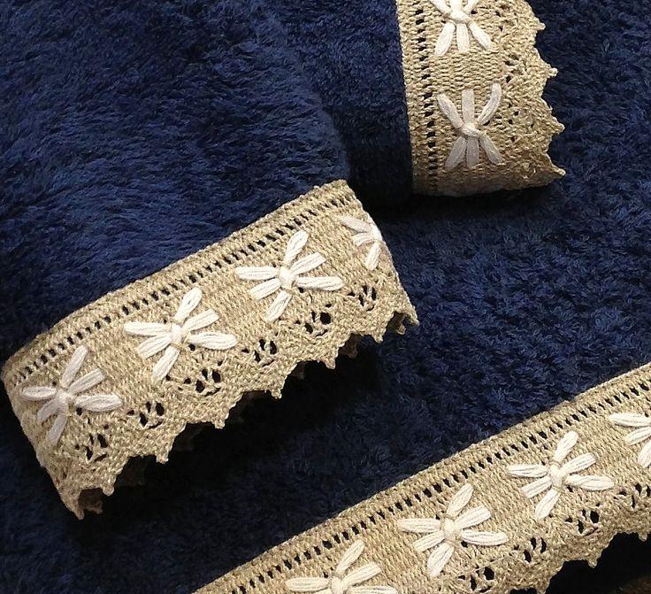 Juego de toallas con una pequeña puntilla con lazitos incrustados, se puede personalizar el juego bordando tus iniciales y el juego de toallas queda muy elegante. Son juegos de toallas de rizo, en Algodón 100% de máxima absorción. Los Juegos constan de 3 piezas: 1 - Toallas de Ducha (158 cm x 78cm). 1 - Toallas de Lavavo (100cm x 50cm). 1 - Toallas de tocador (50cm x 29cm). Fabricadas en España, máxima calidad. Disponemos de muchos colores a elegir. www.lagarterana.com/