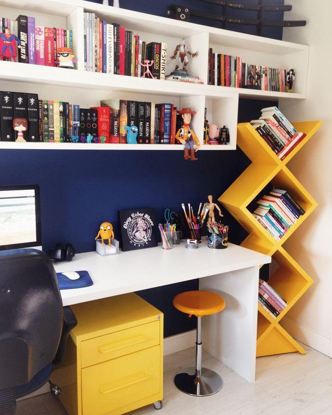 mesa, prateleira, gavetas, banco, caixas no topo