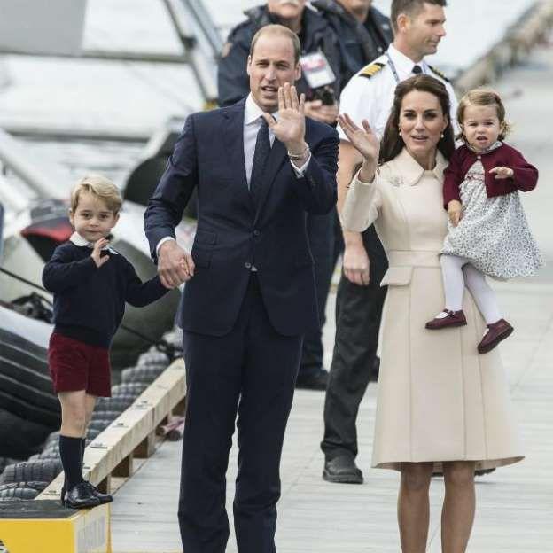 El príncipe Jorge junto a sus padres los duques de Cambridge y su hermana Carlota