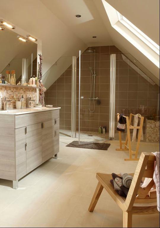 Salle de bain sous combles nature