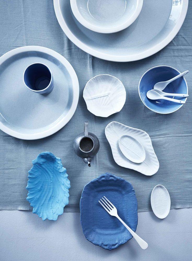 Servies in blauwtinten en keramiek | Blue tableware and ceramics | Bron: vtwonen 05-2016 | Fotografie Alexander van Berge | Styling Cleo Scheulderman