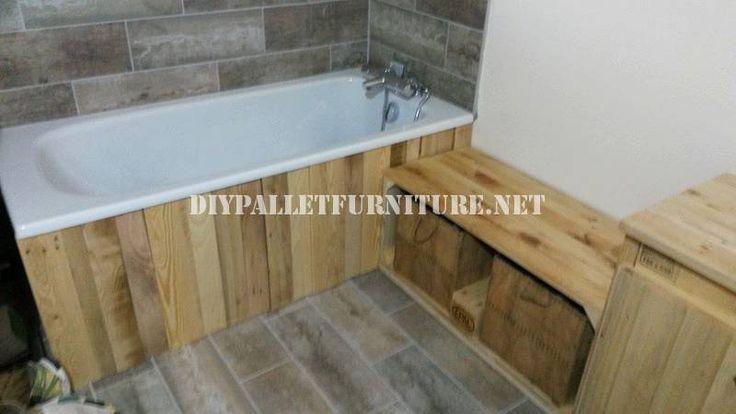 Voici une palette de salle de bains entièrement meublés. La baignoire a été revêtu de palettes de planches, et ensemble du cabinet a également été construit à l'aide de palettes en bois planc…