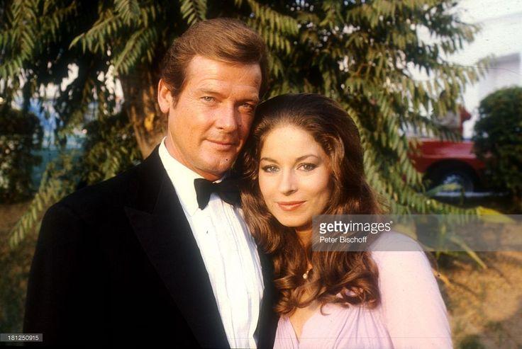 Roger Moore, Barbara Kellermann, bei den Dreharbeiten zum Film 'Die Seewölfe kommen', Neu Dehli/Indien/Asien, , Fliege, Schauspieler, Schauspielerin, Promis, Prominente, Prominenter,