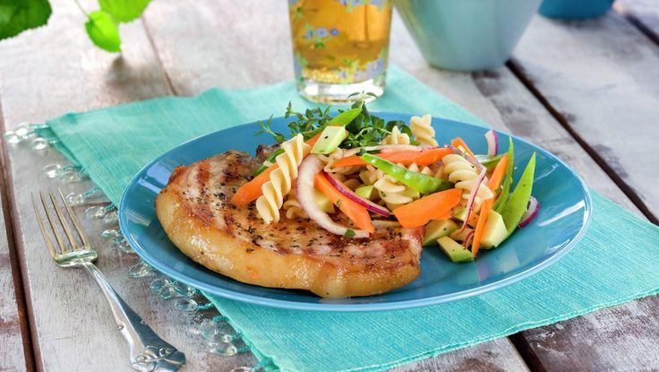 Sommerkoteletter med sprø pastasalat - MatPrat