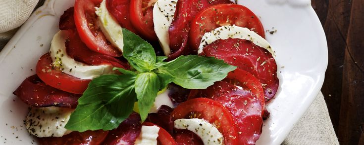 Tomatsalat med mozzarella og bresaola_1600x640px