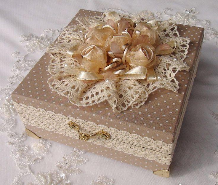 Caixa em MDF revestida com tecido 100% algodão. Apliques em renda e flores em cetim e organza. <br>Parte interna com forração em camurça. Peça com pezinhos de meta para proteção.