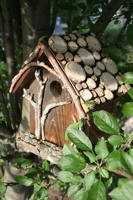 "Treehouse Birdhouse - love the ""tree"" on the front, accented very well by the twigs on the face and log slices on the roof - inspiration only - but this looks like it was a OOAK piece crafted by someone ******************************************** (via Indulgy) - #treehouse #birdhouse t√"