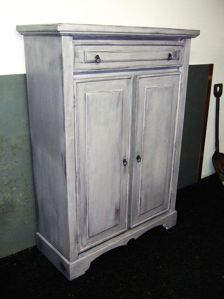 Mooie blauw geschilderde meidenkast shabby chic  Oude grenen kast in gave staat. Kast is wit gegrond daarna blauw gekleurd  en door geschuurd voor een shabby chic effect. Metalen beslag op de deuren en de lade. Meidenkast heeft 4 schappen Hoog 150 cm. Breed 106 cm. Diep 45 cm. www.goemansmeubelen.nl