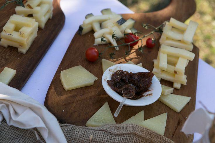 Taglieri di formaggi misti con mostarda