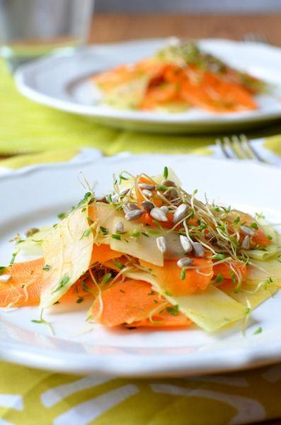 Nyers sárgarépa és karalábé saláta csírával és napraforgómaggal Tipikus Flammeres: Mára csak egy saláta jut