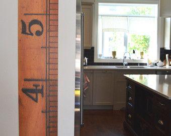 La tabla de crecimiento de Dorchester--Carta de altura cosecha regla hecha para parecerse a una regla de madera gigante, impresa en vinilo