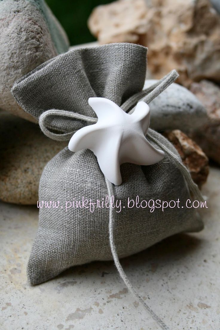 Ecco un gesso profumato a forma di stella marina perfetto per una bomboniera per un matrimonio stile marino, abbinato al colore neutro del s...