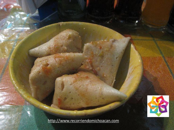 MICHOACÁN MÁGICO Te habla sobre la gastronomía de Tzintzuntzán, que es espectacular como: el caldo ahogado, que puede ser hecho de diferentes pescados, el atole de grano, el churipo de pescado, las corundas tan famosas, y los charales. HOTEL LA CASITA http://www.hotellacasita.com.mx/