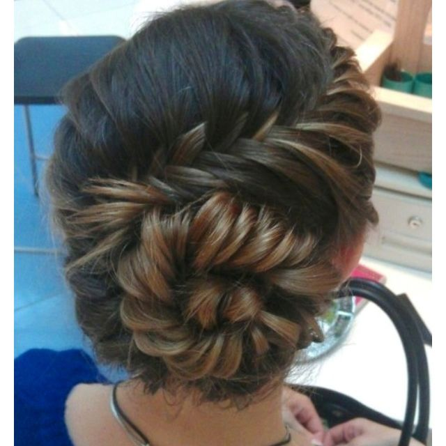 Cute summer wedding hairstyle idea!