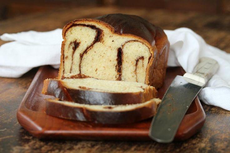 Jeg har alltid elsket julekake. Ja, jeg liker til og med sukaten! Dette er en variant av julekake, men glem for all del sukat og rosiner. I dette saftige hvetebrødet har jeg smurt tykt på med hjemmelaget nøttepålegg.    Om du ikke lager selv kan du bruke annet smørbart sjokolade- eller nøttepålegg. Rull deigen sammen på samme måte som du lager kanelsnurrer og legg over i en brødform. (Deigen gir deg to brød). For å få et fint mønster kan du gjerne tvinne deigen sammen. Hvetebrød med…