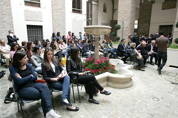 """MACERATA - Inaugurata la terza edizione dell'Unifestival nel cortile del palazzo comunale. Il rettore Lacchè: """"I giovani la soluzione a molti problemi""""  A CAMERINO NO"""