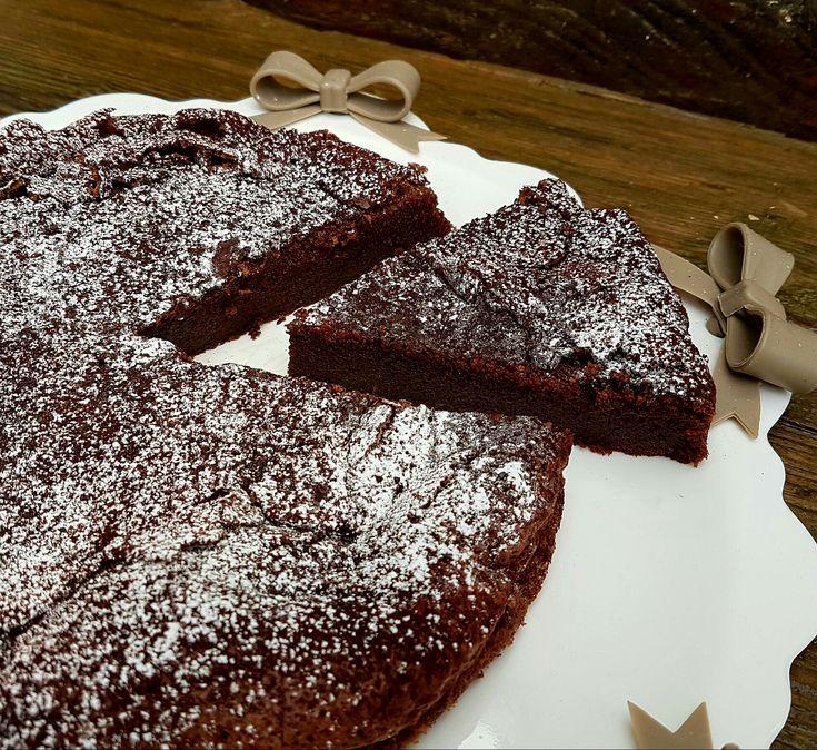 La torta cioccolatino è dedicata agli amanti del cioccolato,senza lievito e pochissima farina, una torta dessert ideale anche per completare un pasto.