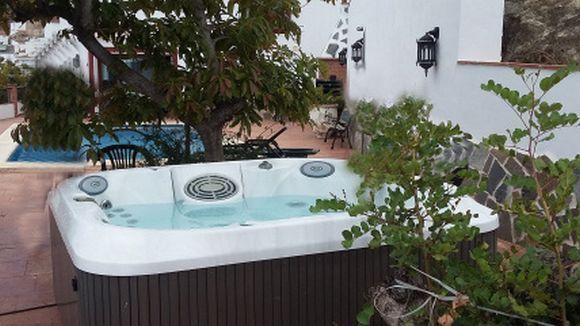 MÁLAGA, CANILLAS DE ALBAIDA. Alquiler de Villa La Plaza. Con capacidad para 14 personas la villa ofrece 7 dormitorios dobles todos con cuarto de baño incluido, amplio salón con biblioteca e impresionantes vistas, cocina-comedor, terraza grande y amplio jardín con piscina privada con tumbonas, #jacuzziExterior y barbacoa. La casa esta situada a los pies del Parque Natural Sierra de Tejeda y Almijara en la comarca de La Axarquía, en un entorno de gran calidad paisajística.