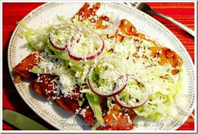Enchiladas rojas estilo Jalisco   Ingredientes: •1 pechuga de pollo •12 o más tortillas •2 chiles anchos •½ cucharada de fécula de maíz •½ diente de ajo •½ taza de leche •125 g de queso Chihuahua desmenuzado •½ vaso de crema •½ cebolla picada •1 Jitomate •Aceite •Sal     Procedimiento: 1.HACER LA SALSA: Desvene los chiles y remoje en agua hirviendo. Pasados unos minutos, licue junto con el ajo, la fécula de maíz y la leche. Cocine a fuego lento y sale al gusto. 2. Ponga a cocer la pechuga…