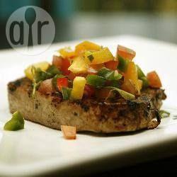 Verse gestoomde moten tonijn, geserveerd met een Aziatische stijl gember, sherry, knoflook en sojasaus.