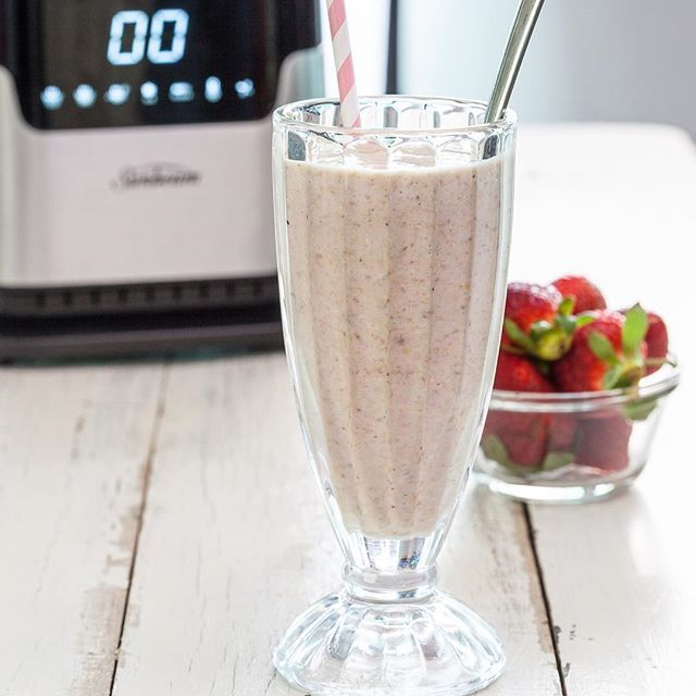 Starting off the morning with our 4 Ingredient Breakfast Smoothie! A delicious and filling start to your day for a grab and go kind of morning!🍓🍌Full recipe at Betta.com.au/Betta-cook  #thatsbetta #4ingredients #beabettacook #breakfastsmoothie #smoothie #foodie #breakfastonthego #easymeals  #foodie #yum #breaky #blender