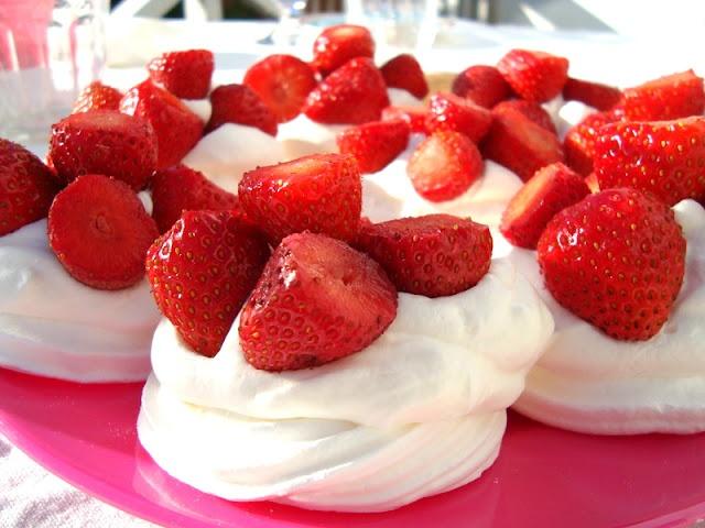 marengs med krem og jordbær